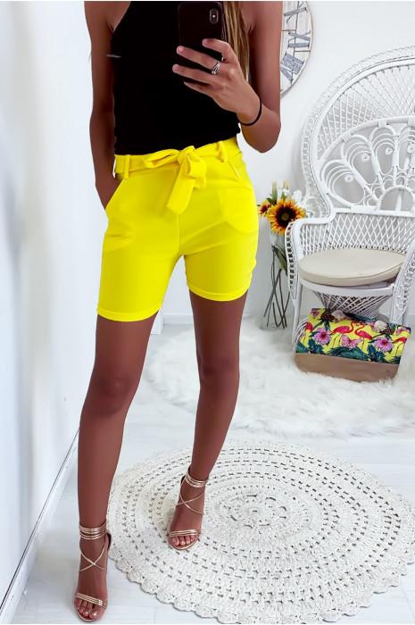 Joli short jaune extensible avec poche et ceinture