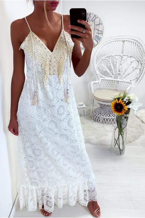 Magnifique robe blanche en dentelle avec sublime dentelle et strass au col
