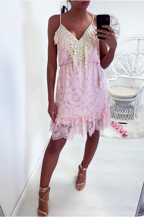 Sublime robe courte rose en dentelle avec une belle broderie ornée de strass au col