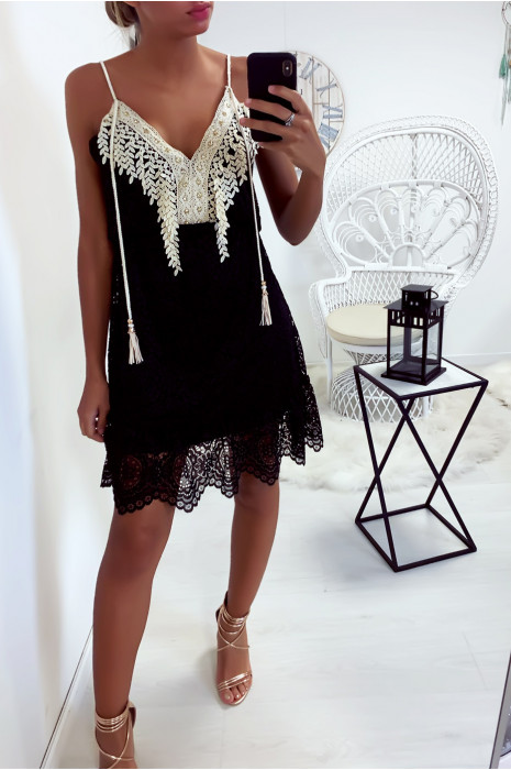 Sublime robe courte noir en dentelle avec une belle broderie ornée de strass au col
