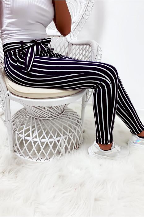 Pantalon slim rayé marine et blanc avec poches et ceinture