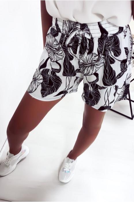 Short blanc en coton avec motif fleuris très fashion et agréable à porter