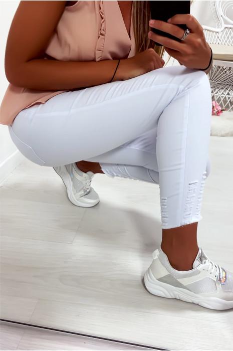 Jeans slim blanc en coton très fashion avec poches et effilé aux chevilles