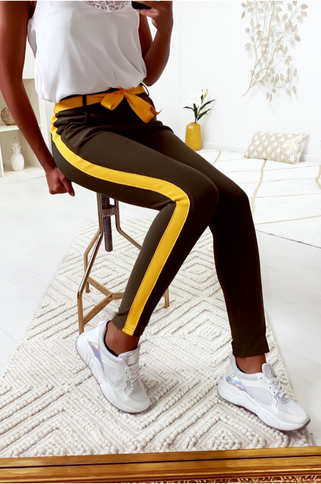 Pantalon slim kaki avec bande et ceinture moutarde
