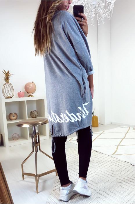Long gilet fashion et ample en gris avec poche et écriture à l'arrière