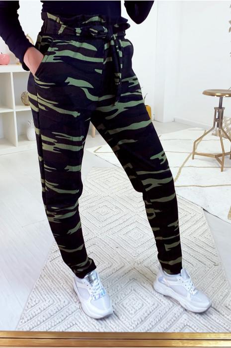 Pantalon cigarette motif militaire avec poche et ceinture