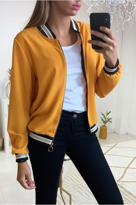 Jolie petite veste moutarde légère avec bande doré au col, aux manches et en bas