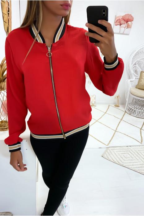 Jolie petite veste rouge légère avec bande doré au col, aux manches et en bas