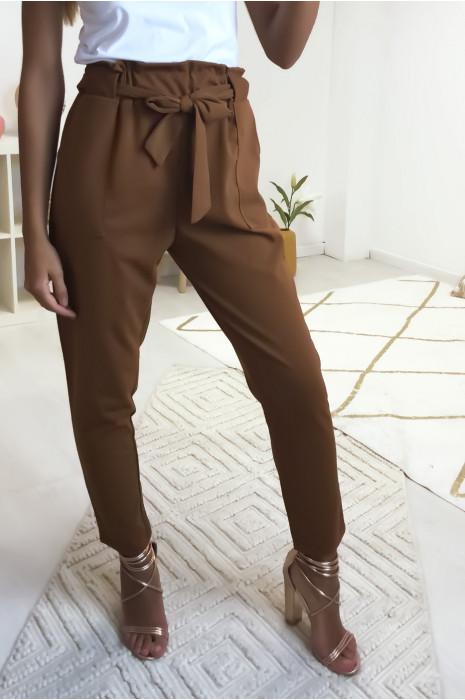 Pantalon cigarette camel avec poches, gros passant et ceinture. 1702