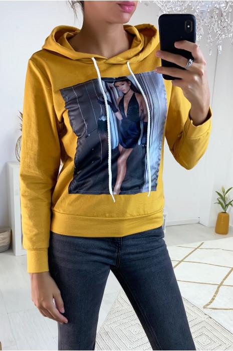 Sweat à capuche en moutarde avec photo d'Ariana grande