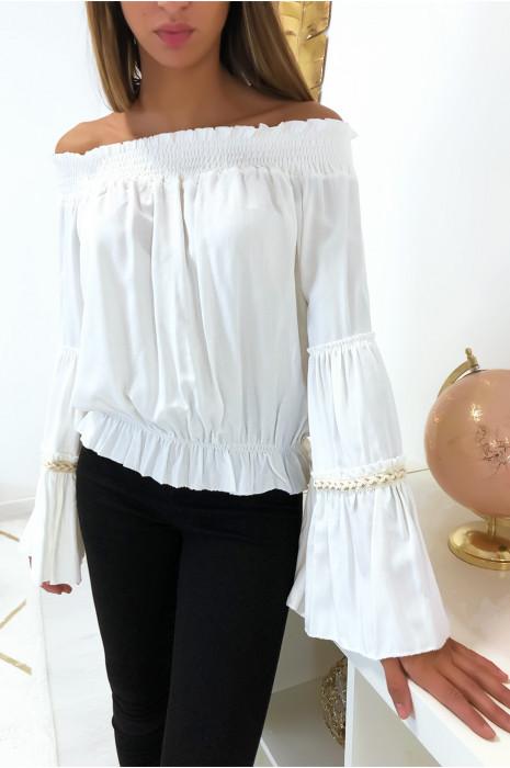 Magnifique blouse blanche col bateaux manche évasé avec dentelle