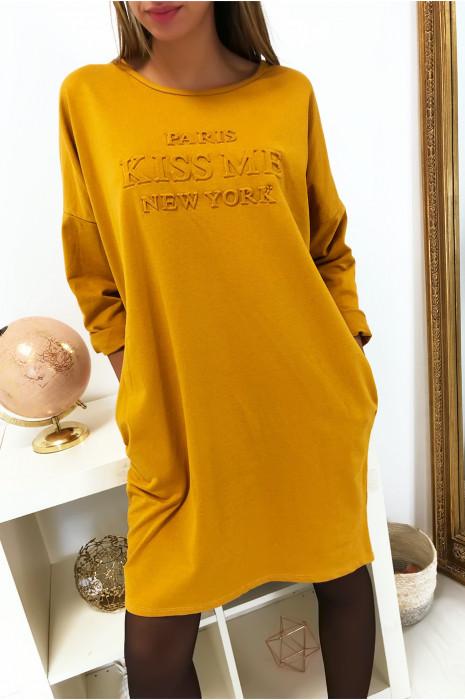 Robe tunique moutarde en coton avec poche, coupe ample et écriture bombé à l'avant
