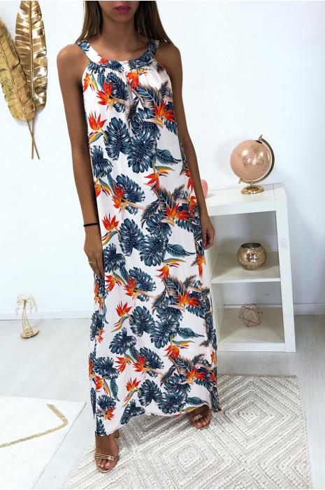 Longue robe beige avec joli motif fleuris très à la mode