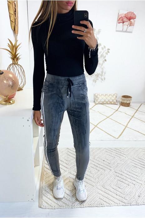 pantalon jogging peau de peche gris a bande blanche