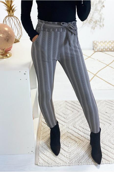 Pantalon slim rayé gris en taille haute avec ceinture et poches. 18725
