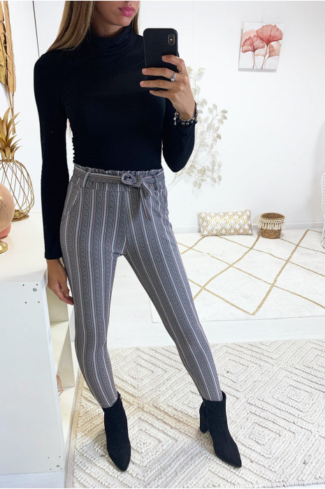 Pantalon slim rayé gris et corail en taille haute avec ceinture et poches. 18725