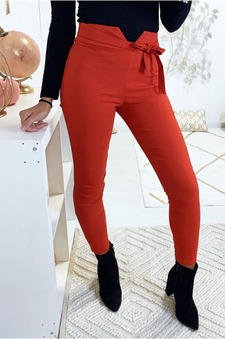 Pantalon slim rouge en stretch avec coupe V à la taille
