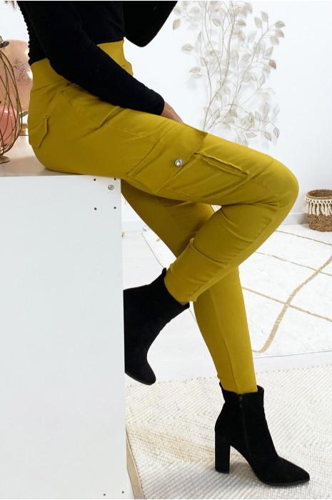 Joli pantalon slim moutarde avec poches sur les cotés. 18724