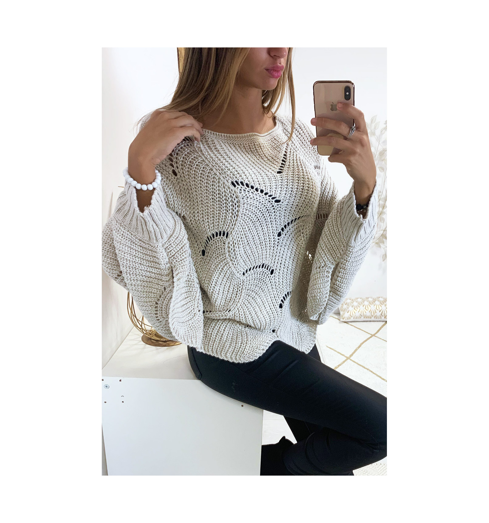 Magnifique pull poncho gris avec de joli motif tressé. Mode