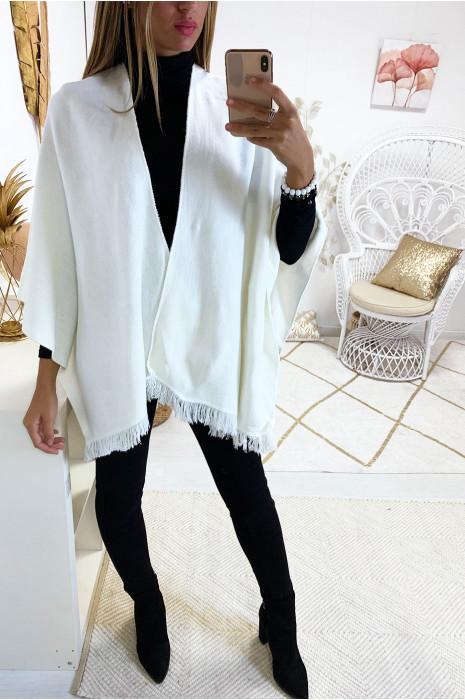 Cape blanche très fashion avec frange
