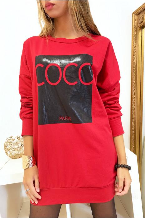 Sweat rouge avec écriture COCO sur fond brillant