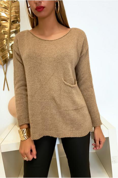 Magnifique pull ample en camel avec une poche et une fente au dos composé de laine