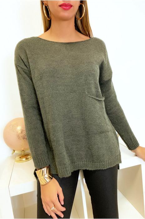 Mooie losse kaki trui met een zakje en een split aan de achterkant gemaakt van wol
