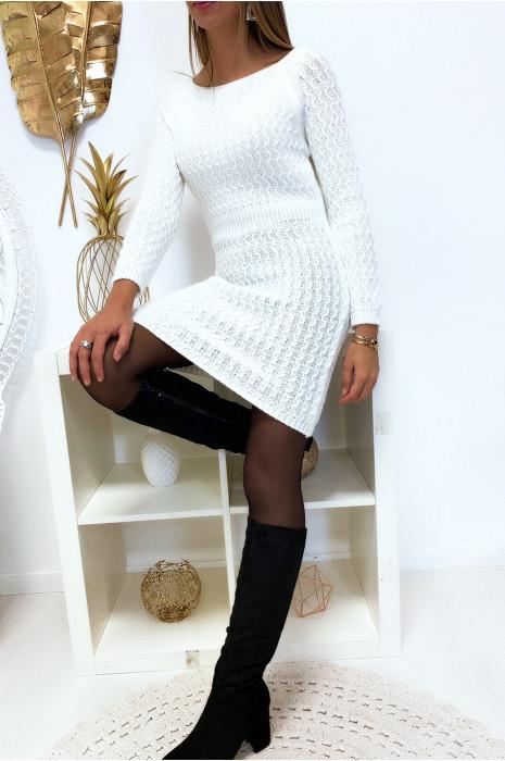 Magnifique robe pull blanche joliment tressé cintré à la taille