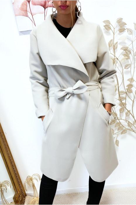 Veste 3/4 en beige avec grand col tombant, poches et ceinture