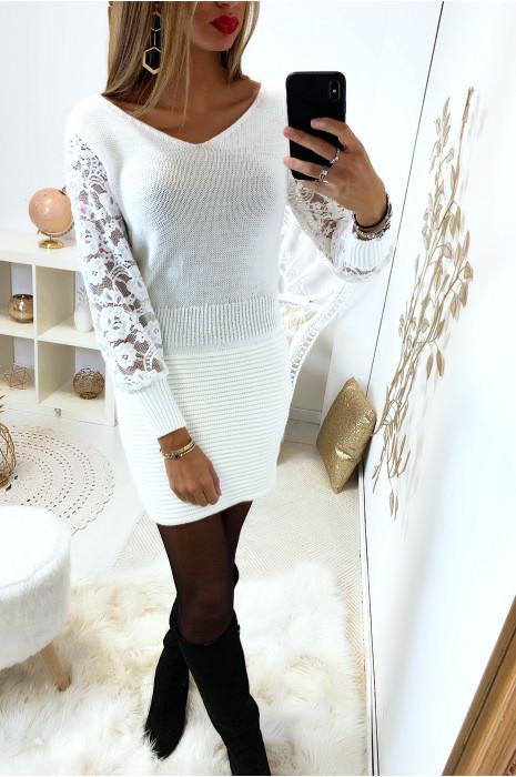 Magnifique robe moulante blanc avec col / dos en V et manche dentelle  bouffante