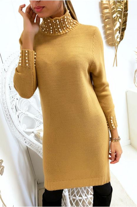 Jolie robe pull camel col roulé avec perle au col et aux manches