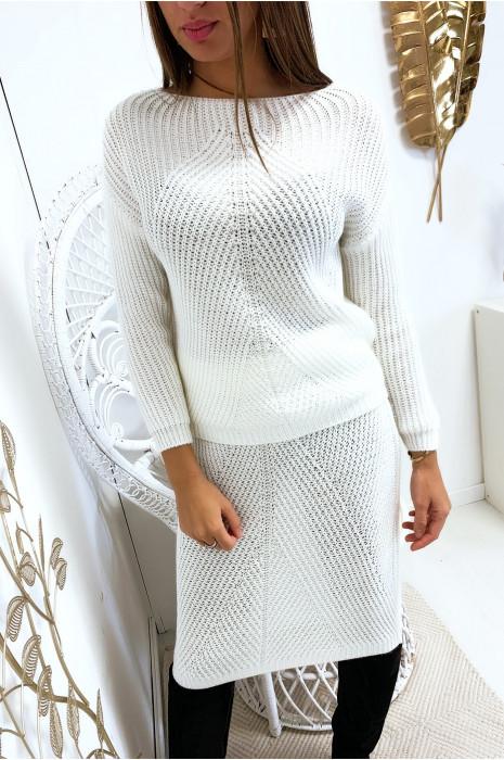 Set van witte trui en 3/4 rok met gevlochten patroon