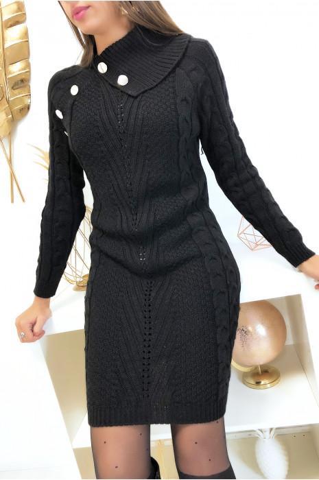 Longue robe pull noir tressé avec col ouvert boutonné
