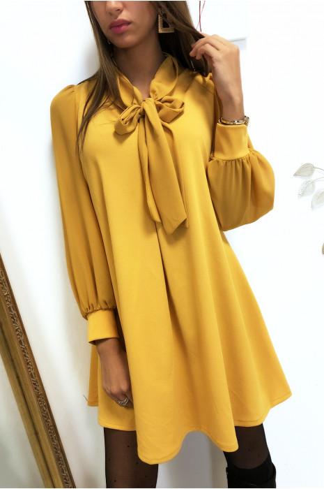 Robe tunique trapèze en moutarde avec manches et écharpe en voile
