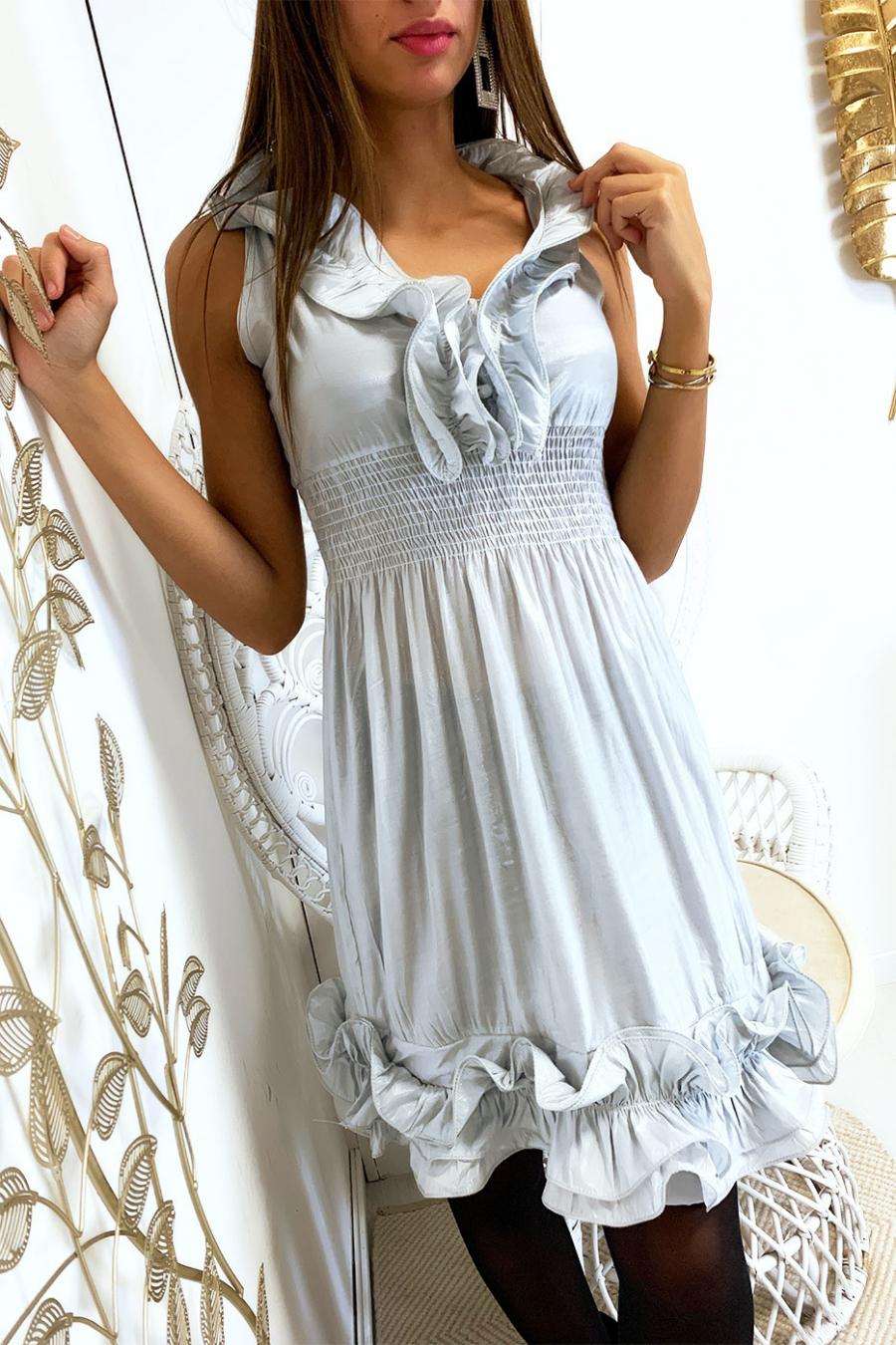 Glanzende grijze jurk met elastiek bij de tailleband met ruches aan de kraag en onderkant. 516