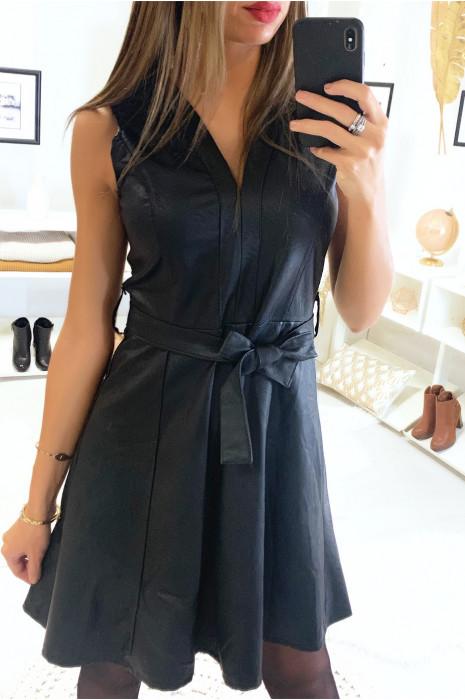 Jolie robe noir col V en simili avec ceinture