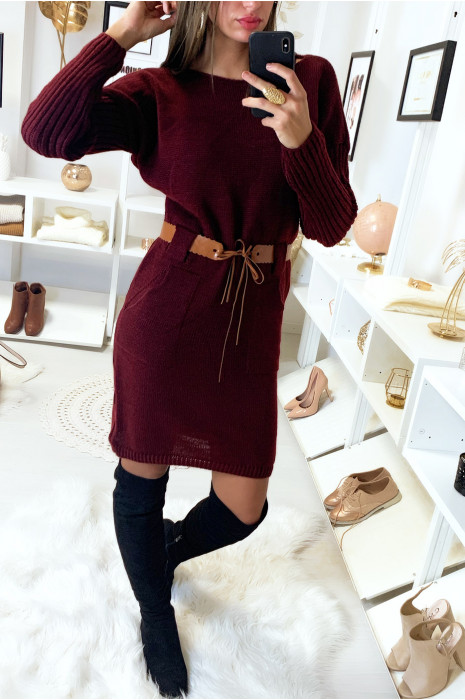 Bordeauxrode sweaterjurk met zak en camelkleurige riem