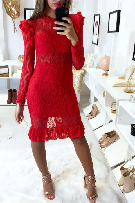 Belle robe rouge en dentelle doublé en bas et au buste avec froufrou aux épaules