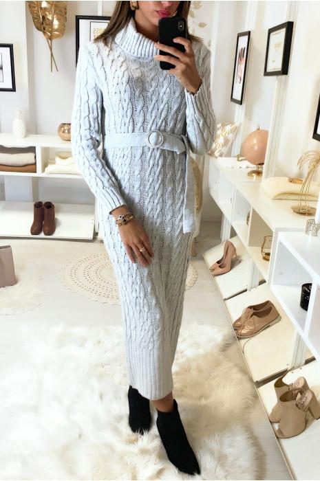 Longue robe pull torsadé en gris avec col roulé et ceinture