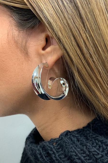 Zilveren oorbel.