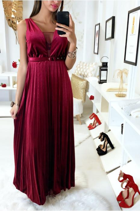 Longue robe bordeaux en velours décolleté au buste plissé à la jupe avec ceinture