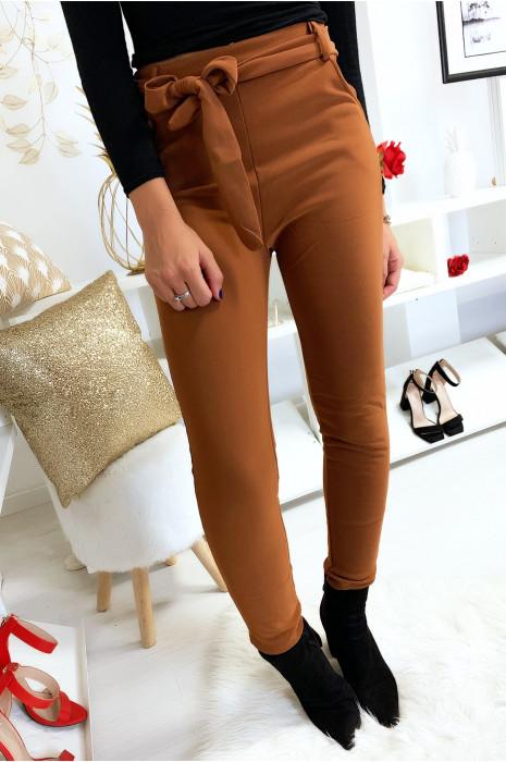Pantalon cigarette camel molletonné avec poches et ceinture. 7062