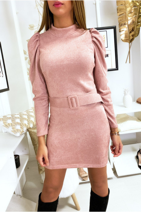 Joli robe rose matière douve et brillante avec épaules bouffante et ceinture