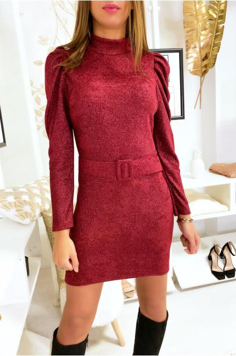 Mooie bordeauxrode jurk met slotgracht en glanzende stof met gepofte schouders en riem