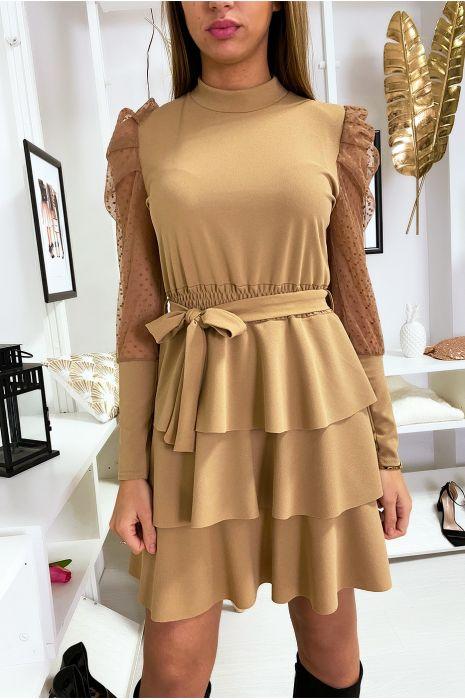 Camelkleurige jurk met ruches en gepofte sluiermouwen. A1077