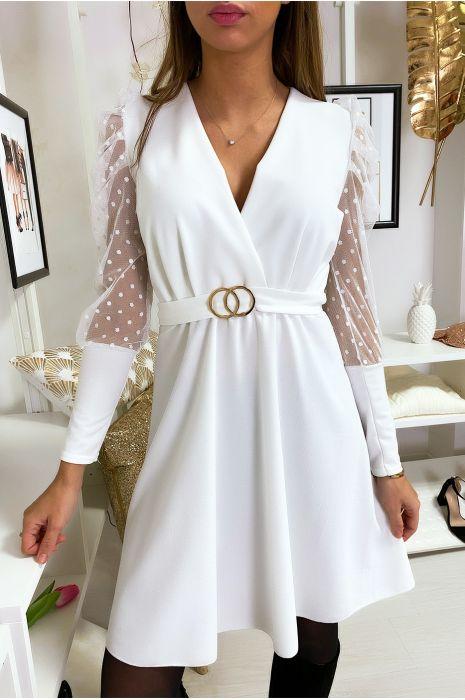 Robe croisé blanc avec manche bouffante en voile et ceinture anneaux