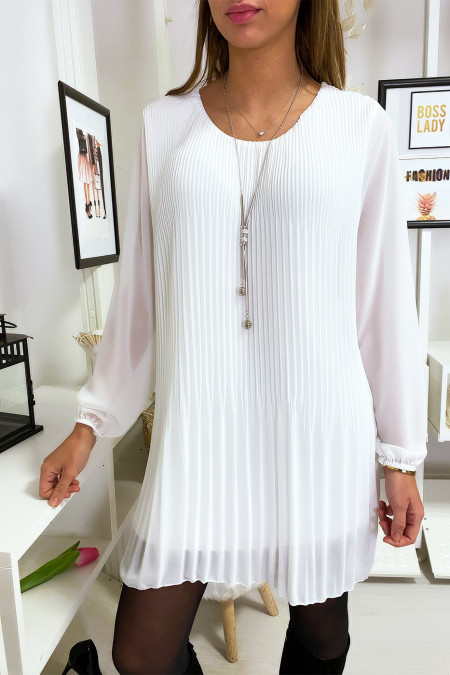 Loose and pleated white tunic dress with necklace