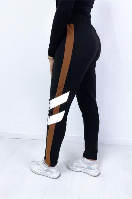 Zwarte joggingbroek met camel en glanzende band met steekzakken