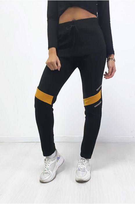 Jogging noir avec bandes moutarde aux genoux