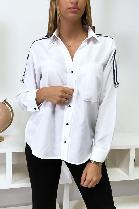 Wit overhemd met gestreepte band op de schouders.